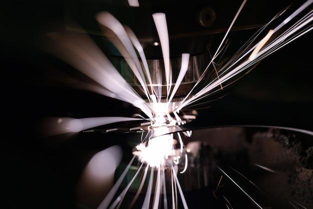Gorące iskry podczas szlifowania zbliżenia materiału stalowego