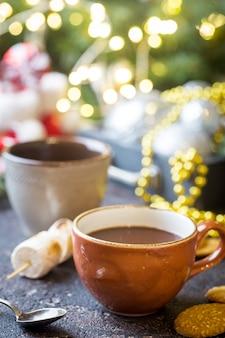 Gorące kakao i ciasteczka na świątecznym tle bożego narodzenia