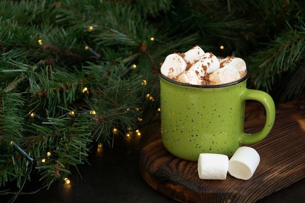 Gorące kakao z pianką w zielonej filiżance