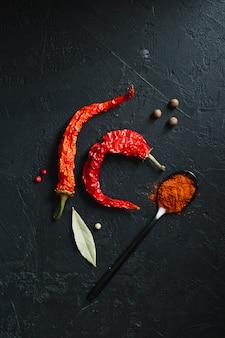 Gorące papryczki chili i pikantny proszek widok z góry