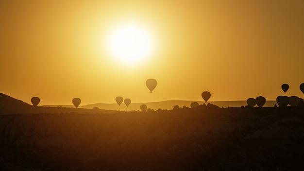 Gorące powietrze balon lata nad skała krajobrazem w cappadocia turcja