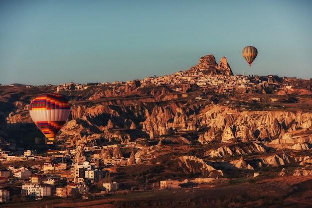 Gorące powietrze balon lata nad skała krajobrazem w kapadocja turcja.