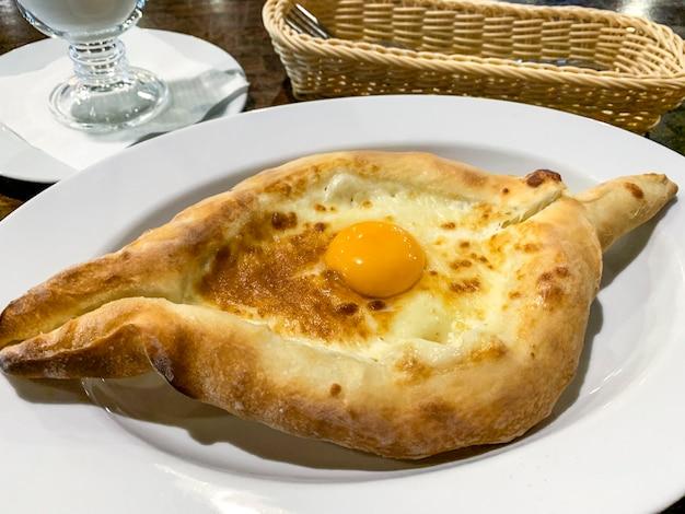 Gorące pyszne adżariańskie chaczapuri, kuchnia gruzińska.