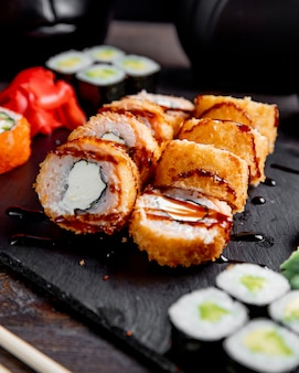 Gorące rolki sushi z sosem i imbirem
