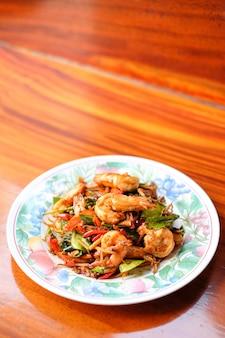 Gorące smażone pikantne krewetki gigantyczne serwują na talerzu.