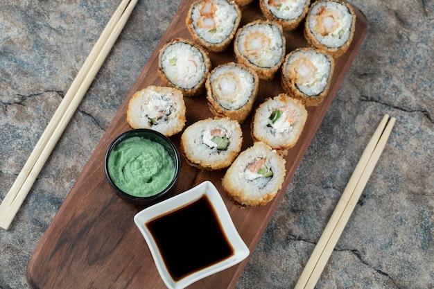 Gorące smażone sushi z sosem sojowym i wasabi.