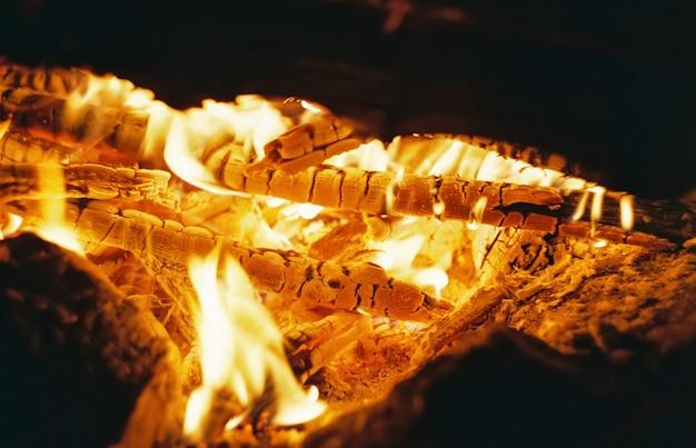 Gorące węgle w ogniu