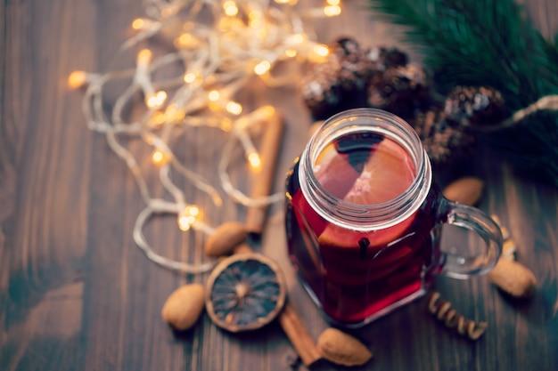 Gorące wino na brązowym drewnianym stole