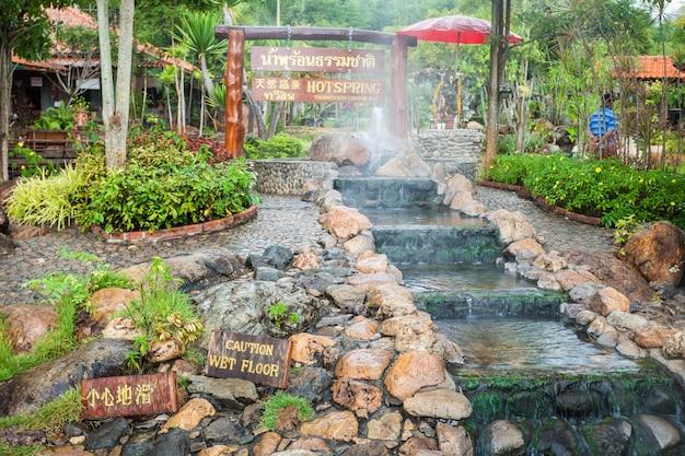 Gorące źródło thaweesin, prowincja chiang rai, tajlandia