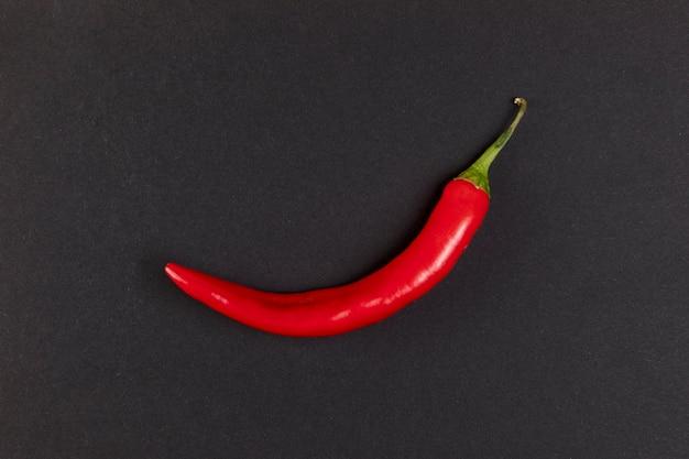 Gorący chili pieprz na czarnym tle