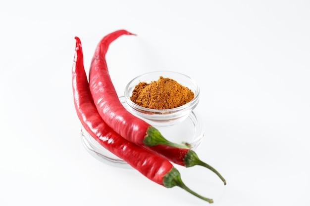 Gorący chili pieprze odizolowywający w bielu.