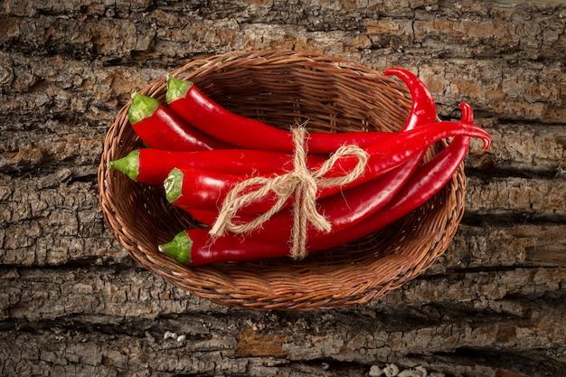 Gorący chili pieprze w łozinowym koszu