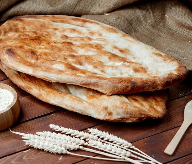 Gorący chleb tendir na stole