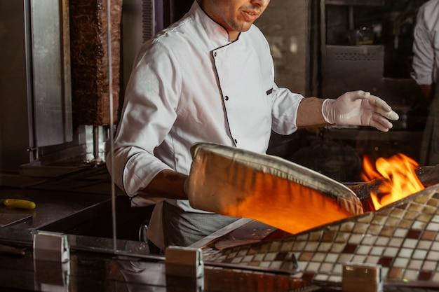 Gorący chleb w piecu tendir