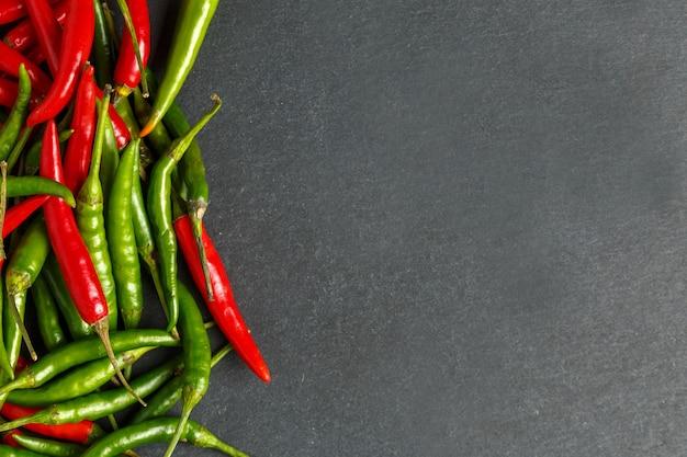 Gorący czerwieni i zieleni chili tło, odgórny widok.