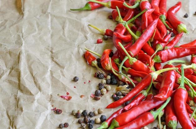 Gorący czerwony chili pieprz na rocznika papieru ścianie