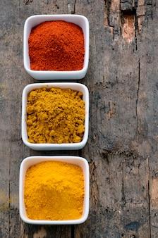 Gorący czerwony chili w proszku, curry i kurkuma w proszku