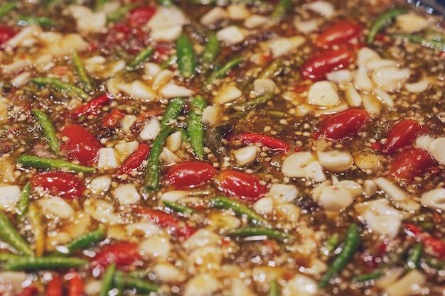 Gorący i pikantny sos do maczania owoców morza w stylu tajskim, tajski uliczny rynek żywności