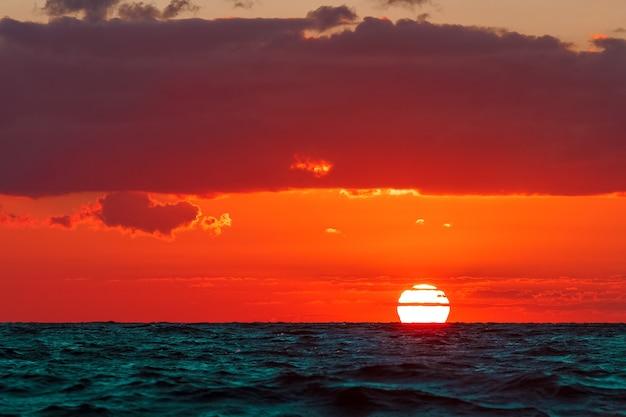 Gorący i romantyczny zachód słońca nad bałtykiem