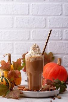Gorący jesienny napój z dyni latte