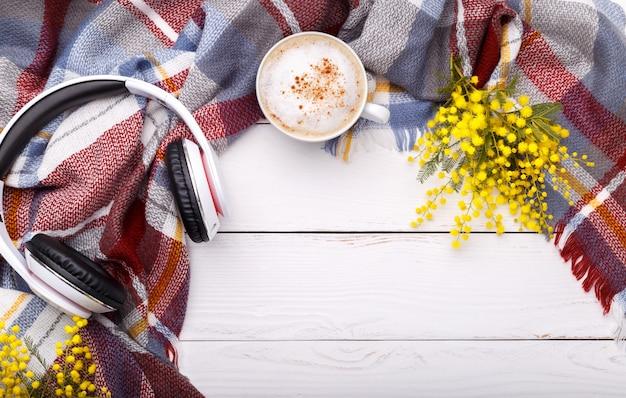 Gorący kawowy cappuccino, odgórnego widoku tło