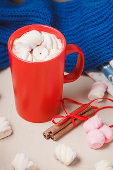 Gorący napój czekoladowy z pianką, beze, cynamonem