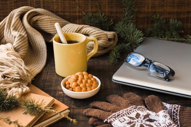 Gorący napój w pobliżu ciepłych akcesoriów i laptopa