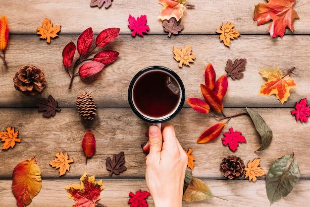 Gorący napój wśród kolorowych liści