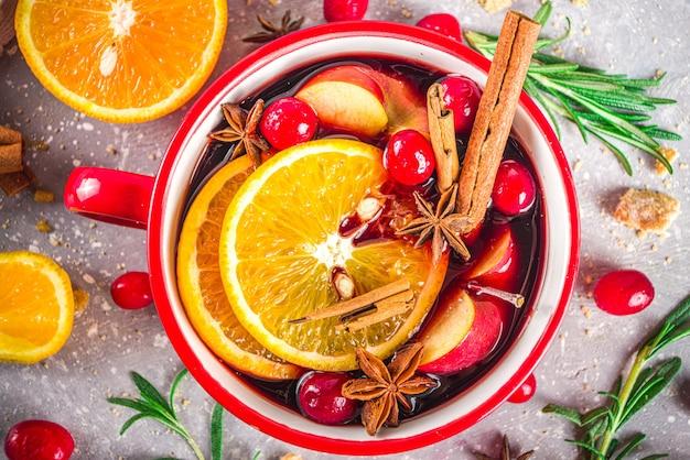 Gorący napój z grzanego wina z cytrusami i przyprawami