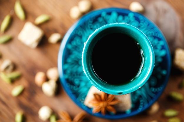 Gorący napój z przyprawami w autentycznym kubku