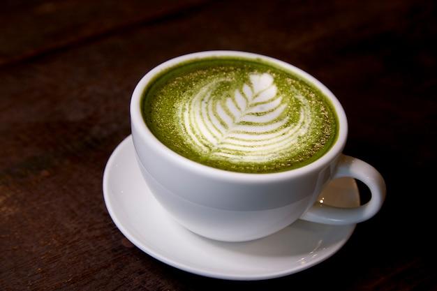Gorący napój z zielonej herbaty matcha latte