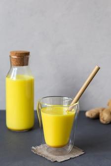 Gorący napój ze złotym mlekiem z kurkumą do profilaktyki i wspomagania układu odpornościowego z miejscem na kopię