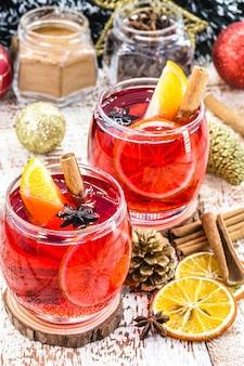 Gorący napój zimowy, gorące wino świąteczne, napój cynamonowy, hiszpańska sangria, glogg i glühwein