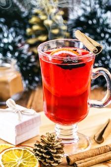 Gorący napój zimowy, z dymem i parą, gorące wino bożonarodzeniowe, znane jako grzane wino, hiszpańska sangria, glogg i glühwein.