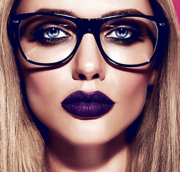 Gorący piękny model blond kobieta ze świeżym codziennym makijażem o ciemnoniebieskich ustach i czystej zdrowej skórze w okularach