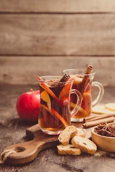 Gorący pikantny napój. gorący napój (herbata jabłkowa, poncz) z cynamonem i anyżem gwiazdkowatym. sezonowy grzany napój