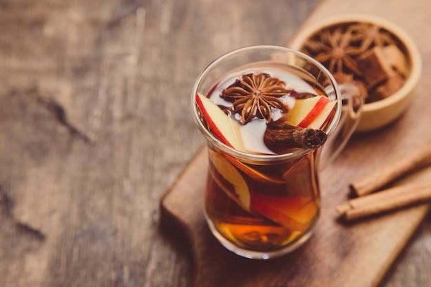Gorący pikantny napój. gorący napój (herbata jabłkowa, poncz) z cynamonem i anyżem gwiazdkowatym.