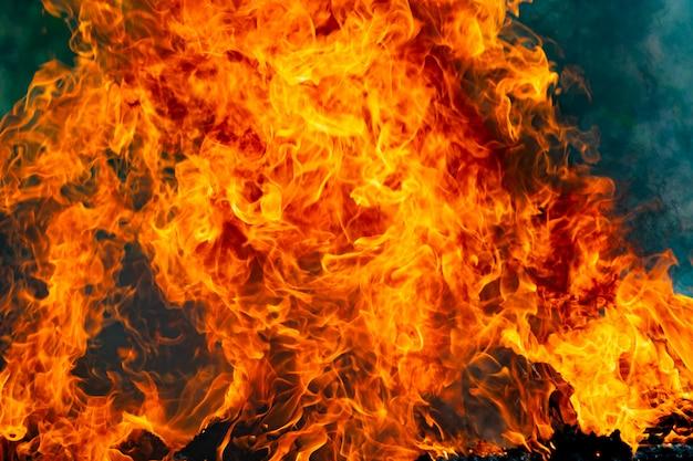 Gorący płomień ognia i dym palą świecące na czarno