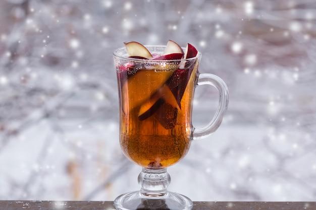 Gorący poncz jabłkowy cydr cynamon napój jagody zima śnieg boże narodzenie