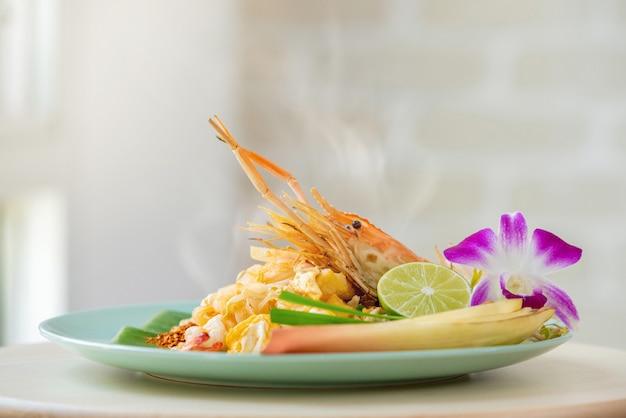 Gorący świeży krewetkowy pad tajlandzki kluski naczynie