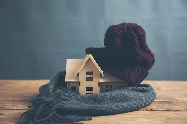 Gorący szalik i czapka z modelem domu