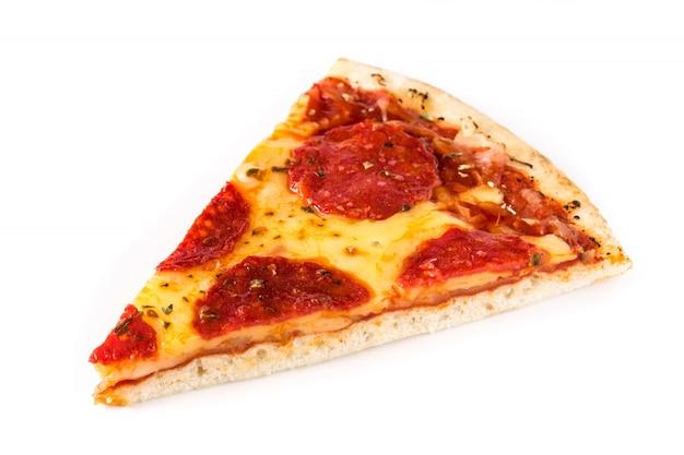 Gorący włoski pepperoni pizzy plasterek odizolowywający na bielu