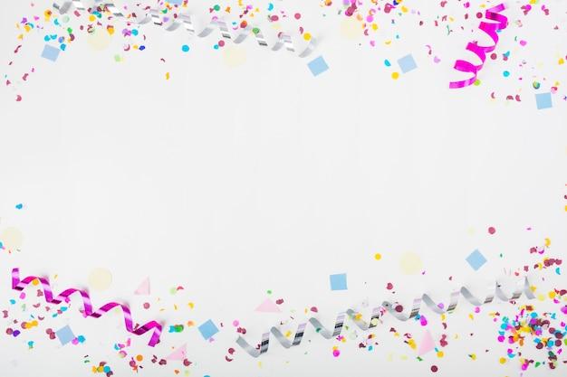 Górna i dolna granica z konfetti i lokami na białym tle