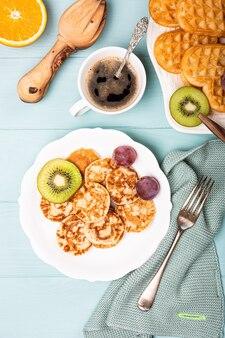 Górna pęd holenderskich mini naleśników zwanych poffertjes z owocami. koncepcja zdrowej żywności z miejsca na kopię