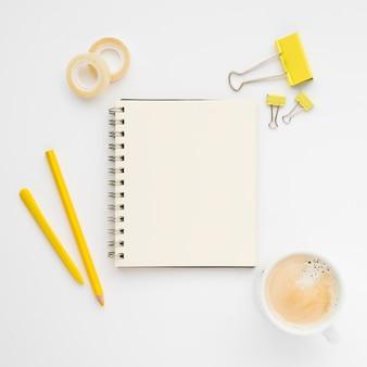 Górny układ schludnego biurka z notatnikiem