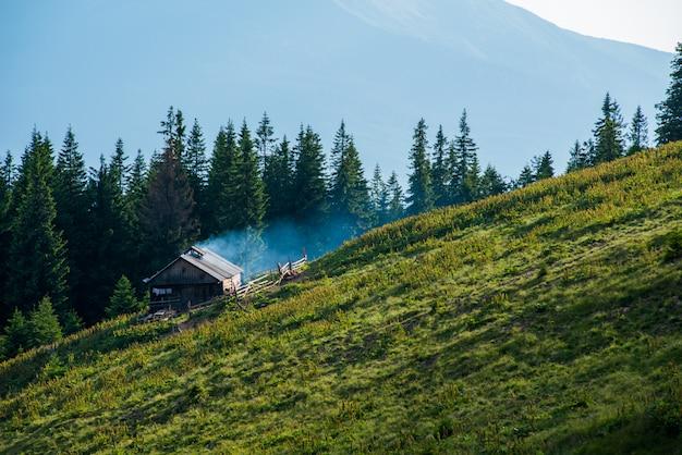 Górska dolina i stara drewniana buda