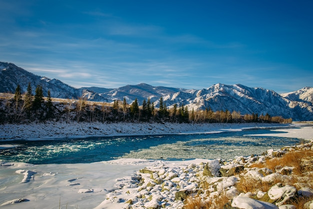 Górska dolina pokryta śniegiem