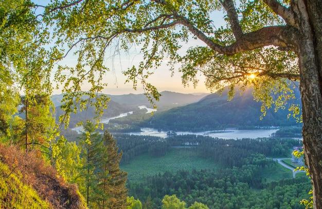 Górska dolina rzeki na wiosenny poranek