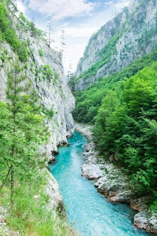 Górska dolina z pięknym niebieskim niebem