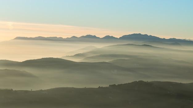 Górska panorama z włoskich alp. chmury na niebieskim niebie.